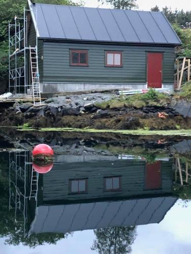 Nytt tak til naust på Radøy Her har vi lagt protan sitt takbelegg, og toppet det med omega profiler for en fin finish.